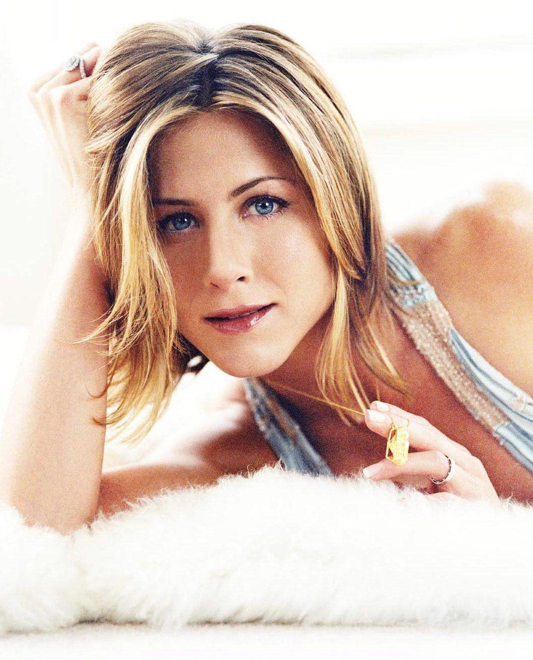Jennifer Aniston in Paris at L'ami Louis - YouTube